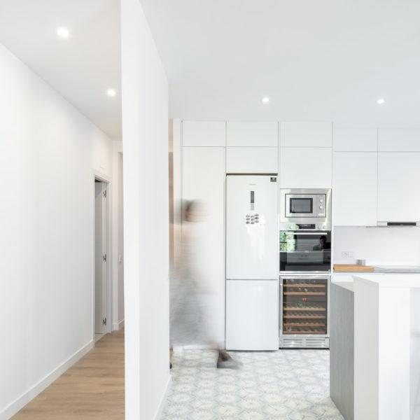 fotografia de interiorismo cocina con persona
