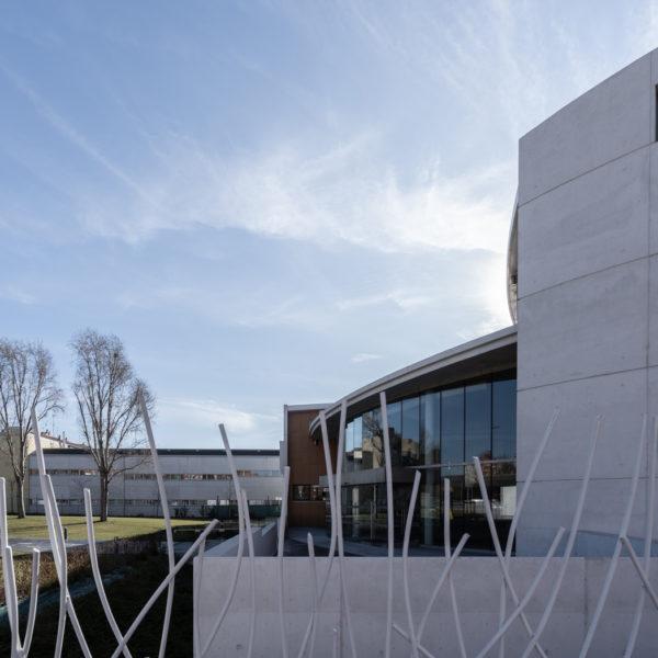 fotografia de arquitectura patio exterior y edificio de cristales iglesia evangelica leon