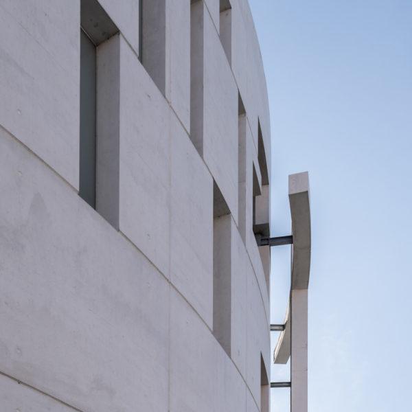 fotografia de arquitectura fachada con cruz iglesia evangelica leon