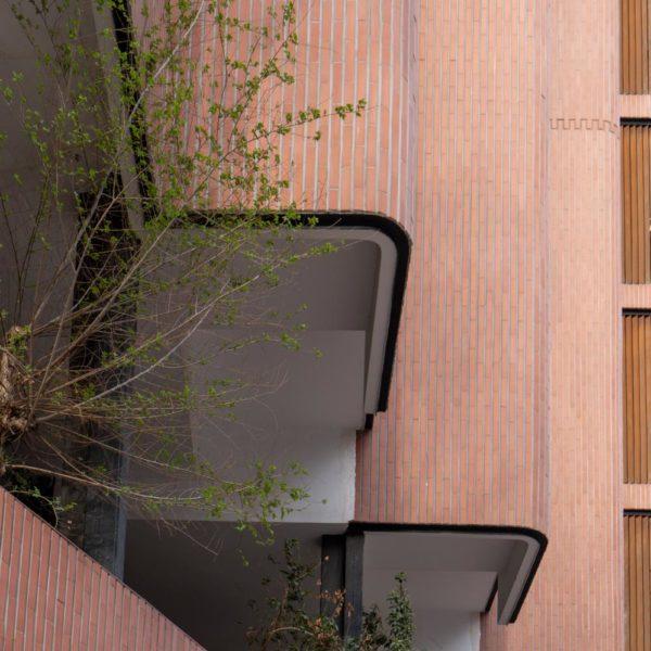 fotografia de arquitectura edificio de ladrillo y plantas