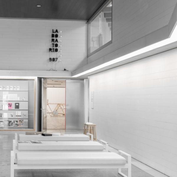 fotografia de arquitectura asientos sala principal musac leon