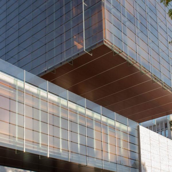 fotografia de arquitectura muro de vidrio y hormigon