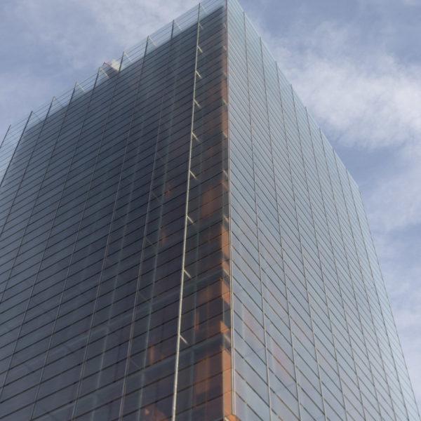 fotografia de arquitectura lateral edificio de vidrio