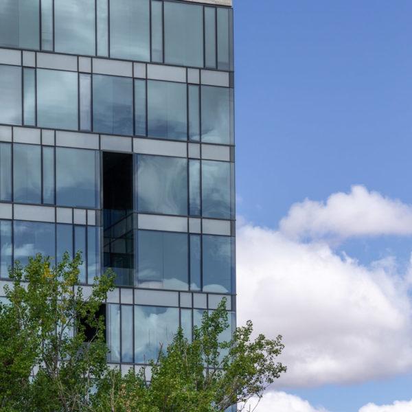 fotografia de arquitectura edificio con ventanas rodeado de arboles