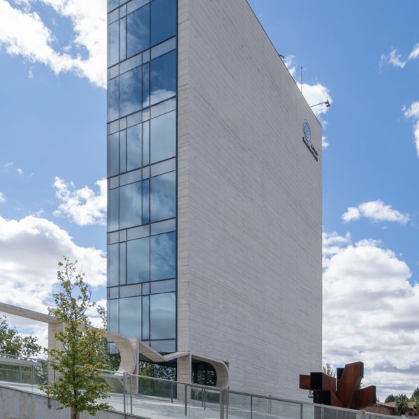 fotografia de arquitectura fachada lateral edificio alto de cristales