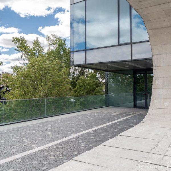 fotografia de arquitectura entrada edificio con arboles