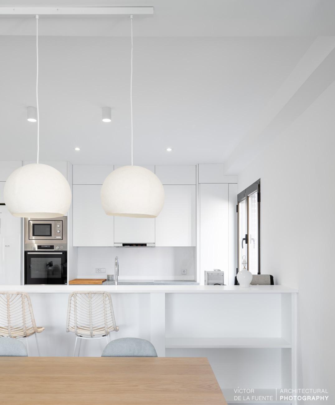 fotografia de interiorismo cocina con lamparas