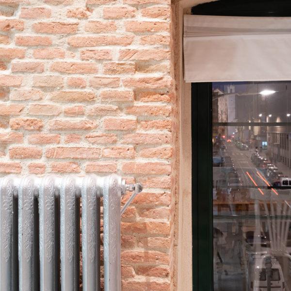 interior casa ventana con radiador