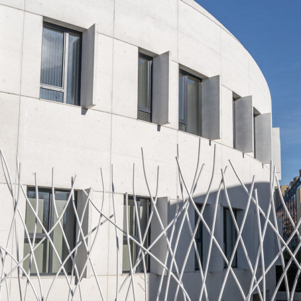 fotografia de arquitectura verja y ventanas iglesia evangelica leon
