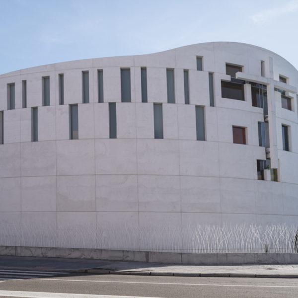 fotografia de arquitectura fachada lateral iglesia evangelica leon
