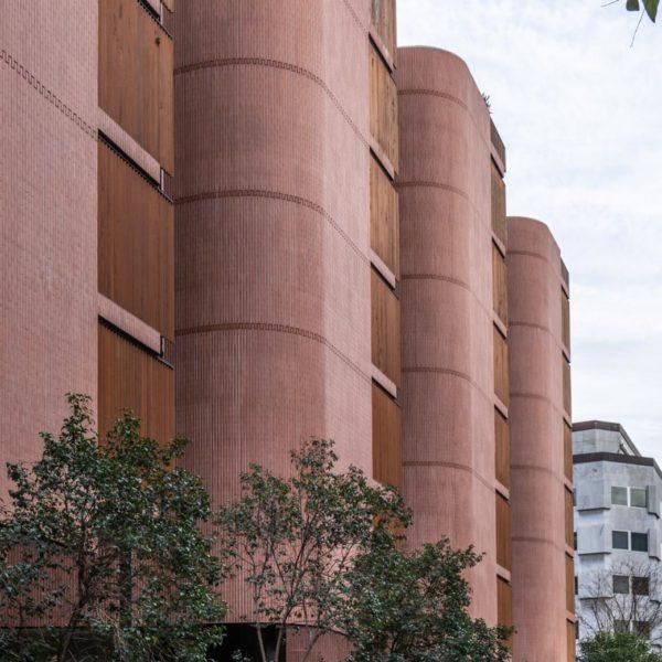fotografia de arquitectura fachada de edificio de ladrillos y arboles