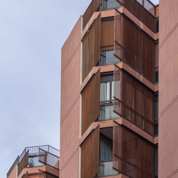 fotografia de arquitectura fachada edificio con ventanas de madera
