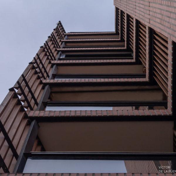 fotografia de arquitectura edificio fachada con ventanas de madera