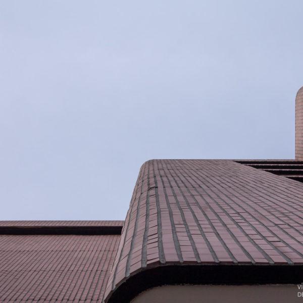 fotografia de arquitectura edificio de ladrillos vista hacia cielo