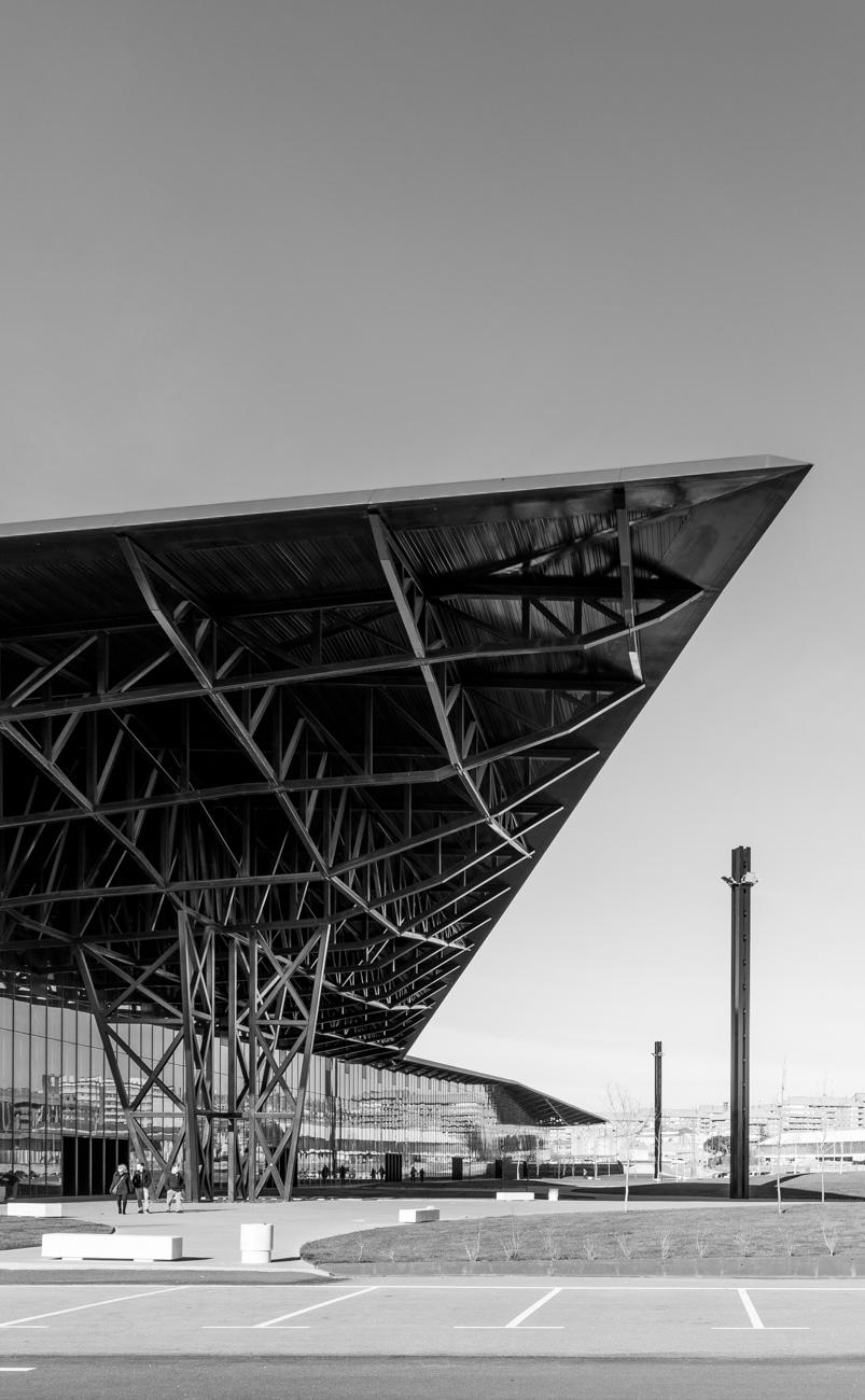 Fotografía del Palacio de congresos y exposiciones de León en blanco y negro