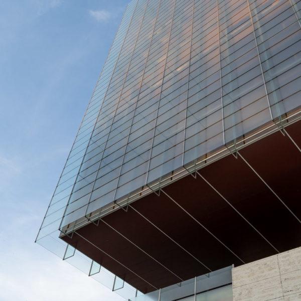 fotografia de arquitectura muro y edificio de vidrio