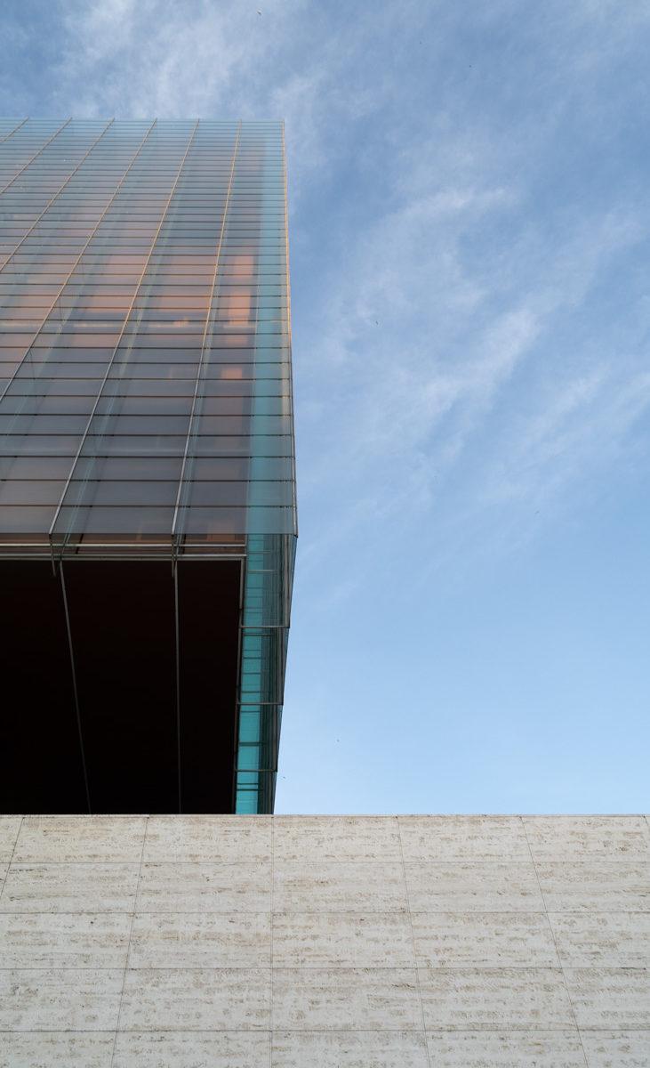fotografia de arquitectura muro de hormigon y edificio de vidrio