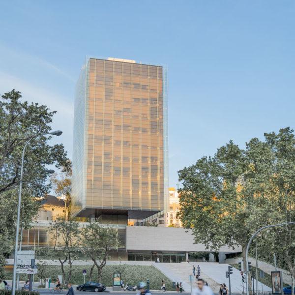 fotografia de arquitectura ciclistas y edificio de vidrio
