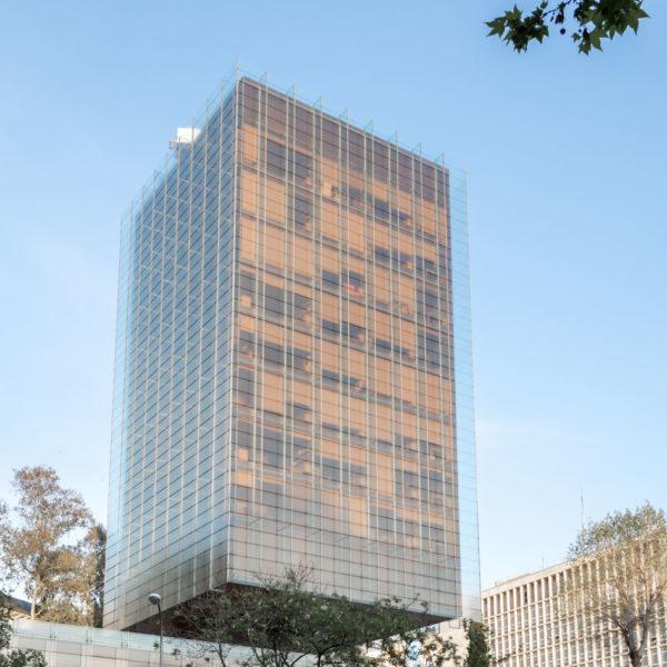 fotografia de arquitectura edificio de vidrio de madrid