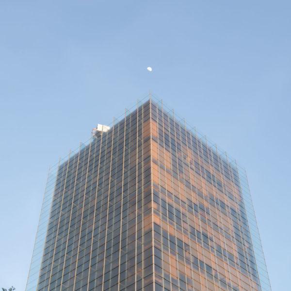 fotografia de arquitectura edificio de vidrio parte superior