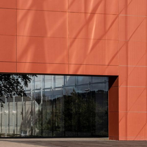 detalle puerta en fachada de color rojo