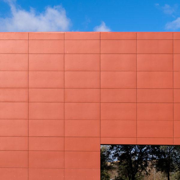 detalle fachada color rojo