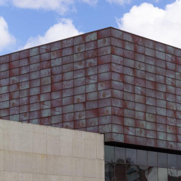 detalle fachada de vidrio y hormigon