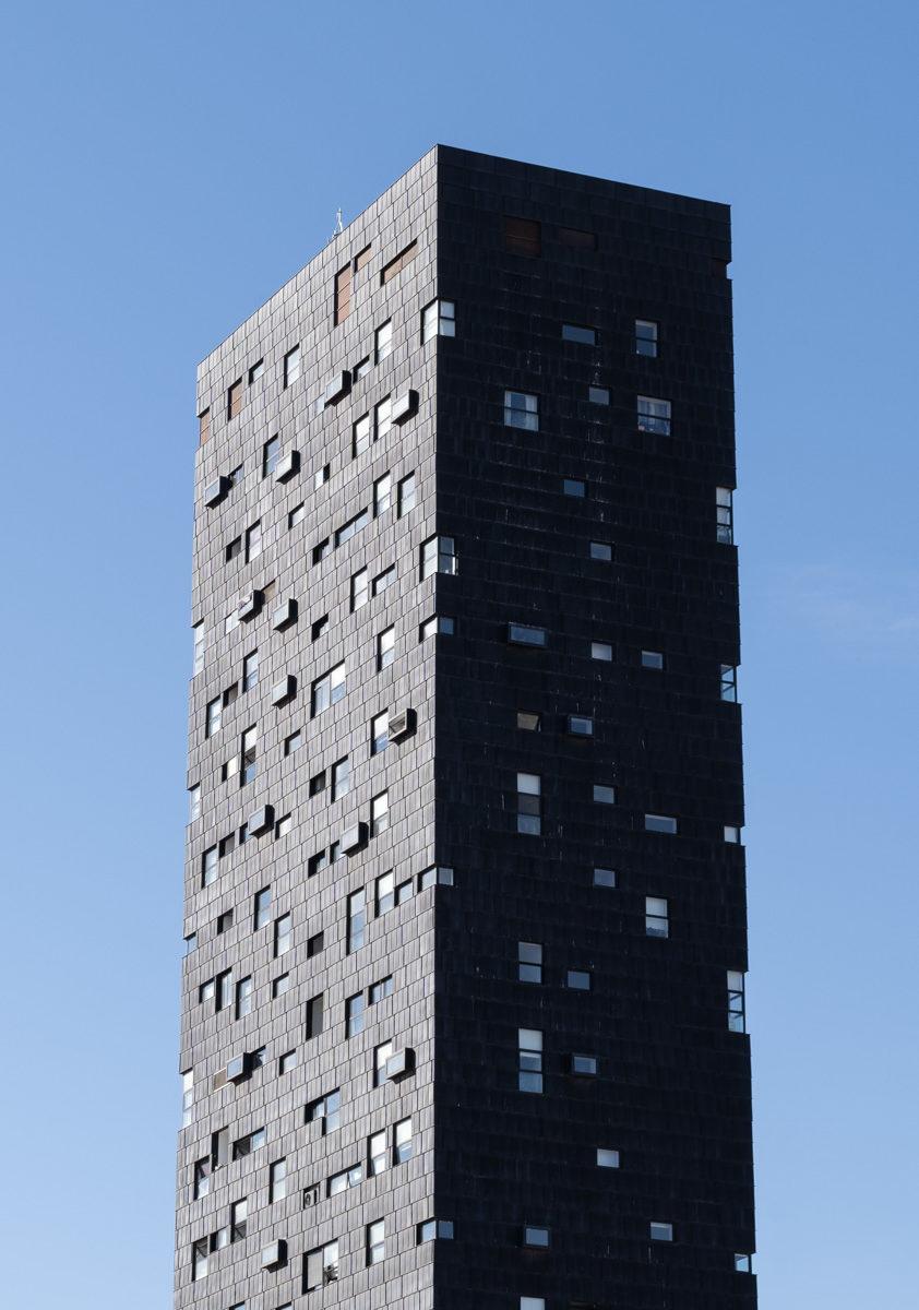 edificio con ventanas