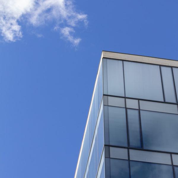 fotografia de arquitectura parte superior edificio rodeado de nubes