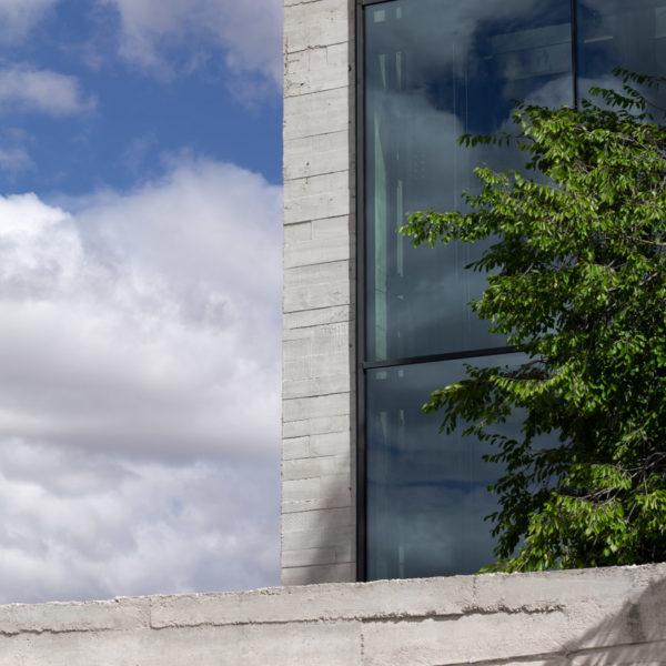 fotografia de arquitectura edificio detras de muro de hormigon