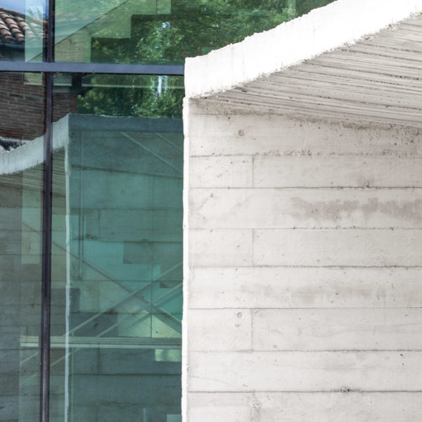 fotografia de arquitectura entrada edificio de hormigon y cristales