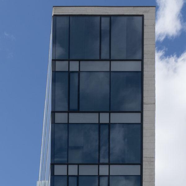 fotografia de arquitectura fachada frontal edificio de cristales