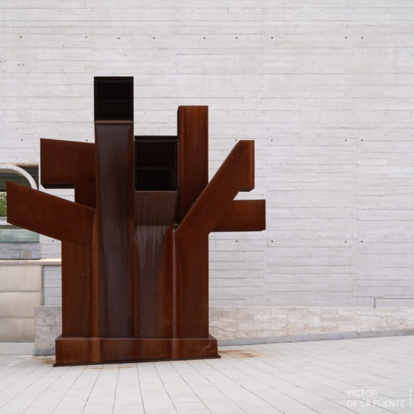 fotografia de arquitectura figura de acero rojo