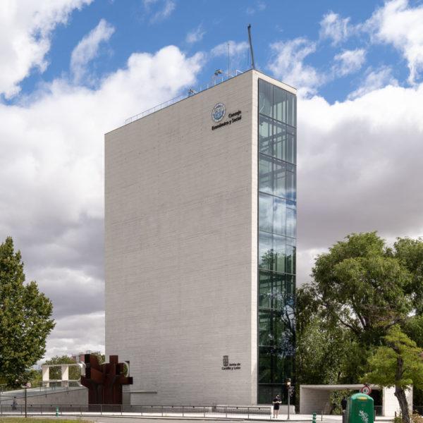 fotografia de arquitectura edificio alto de cemento y cristal