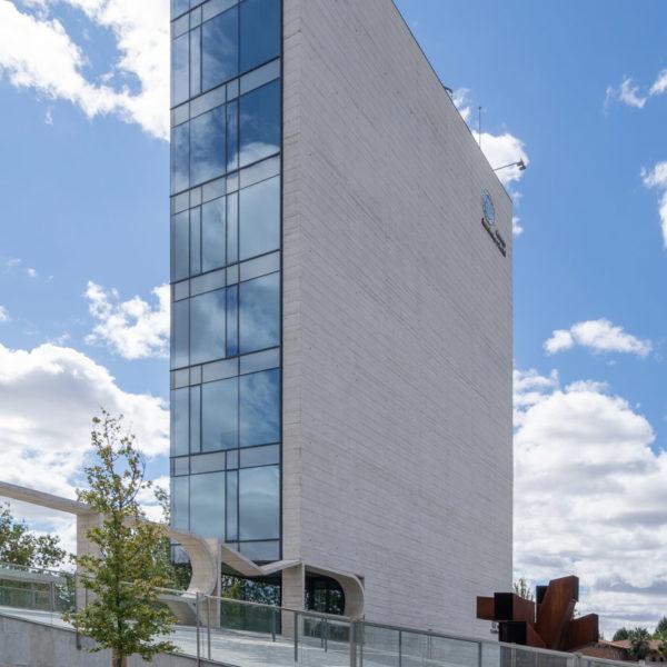 fachada lateral de cristal y cemento