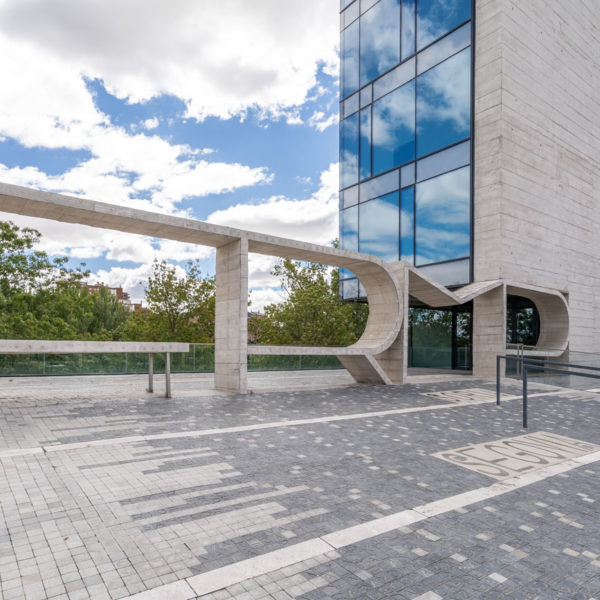 entrada lateral edificio
