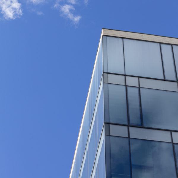 detalle esquina de fachada de cristal