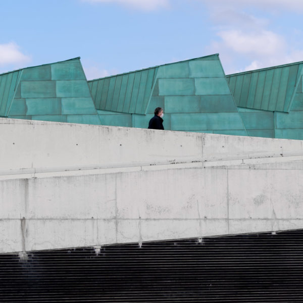 detalle escaleras persona pasando