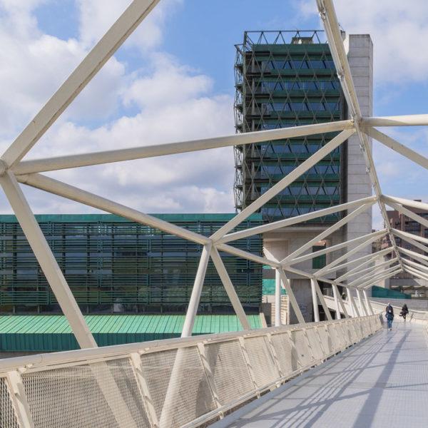 puente con vistas a edificio