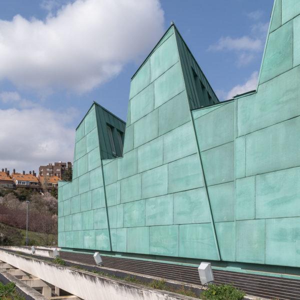 detalle fachada color verde y jardineras