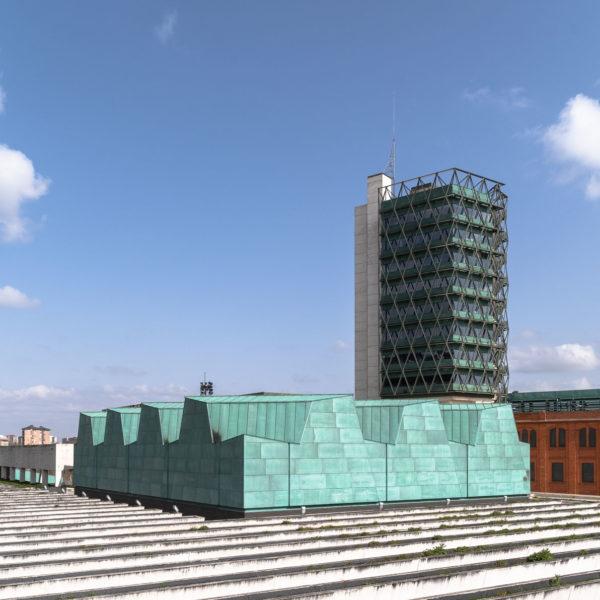 edificio color verde y jardineras