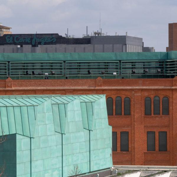 detalle edificio color verde y jardineras
