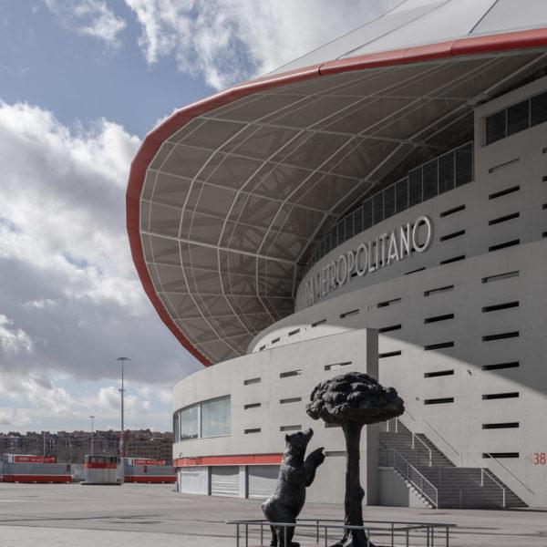 detalle estatua y fachada estadio