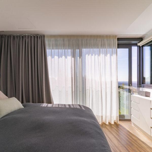 dormitorio con ventanal