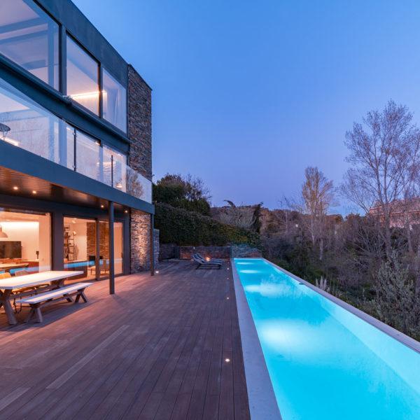 fachada trasera con piscina