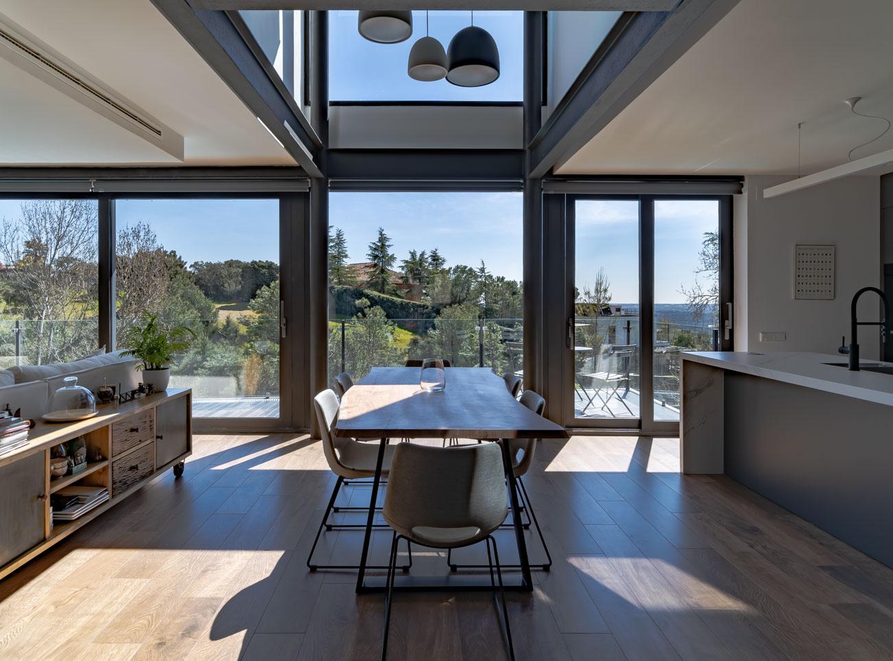 salon cocina con grandes ventanales