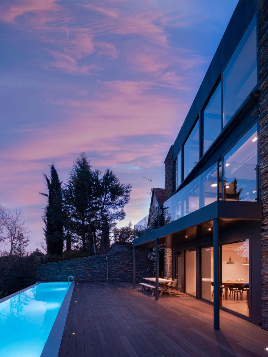 vista fachada trasera con piscina en ambiente nocturno vivienda en torrelodones