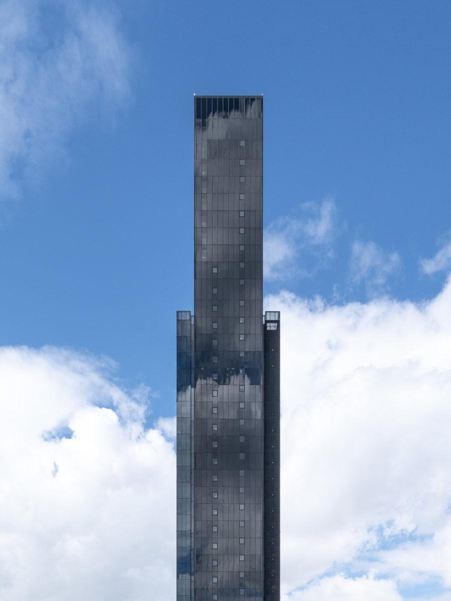 fachada lateral edifico de vidrio azul